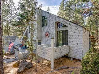 Modern getaway w/ private hot tub, Ping-Pong table, & 10 SHARC passes!, Sunriver