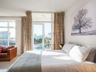 Perfect location & views, large sunny studio 7 flr