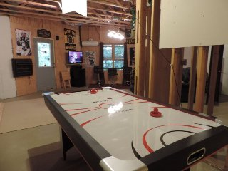 4 Bedroom 3 Full Bathroom Cabin with 70 Inch Flat Screen TV Hot Tub, Internet