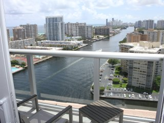 Great 1BR Suite, Steps to the beach, wow views, Hallandale