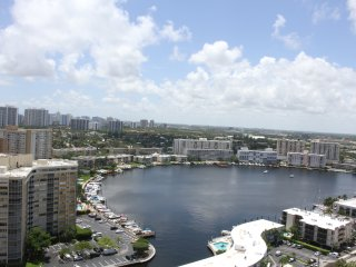 Large Studio for 4 guests, steps to the beach, Hallandale