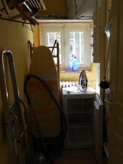 Rangement avec penderie, tout le nécessaire au ménage, et congélateur