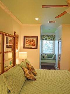Come relax and enjoy this Beautiful en-Suite with amazing Lakeview, and stunning Sunsets & Breakfast