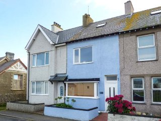 2 TREGOF TERRACE, enclosed patio, pet-friendly, WiFi, in Cemaes Bay, Ref 936705