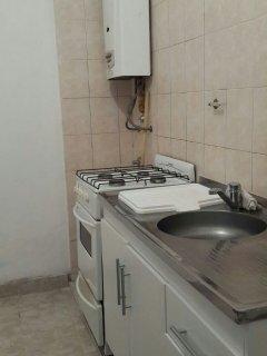 El departamento cuenta con agua caliente provista por un calefón