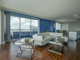 Downtown Penthouse A+Views