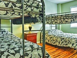 NEW! 3BR Pocono Lake House w/Spacious Private Deck, Lago Pocono