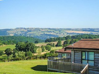 CURLEW LODGE, detached wooden lodge, all ground floor, en-suites, hot tub, near, Montgomery