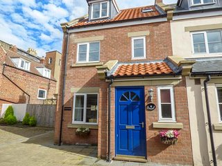OYSTERCATCHER COTTAGE, modern, dog-friendly, enclosed courtyard, in Whitby