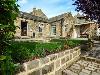 THE OLD MISTAL, all ground floor, multi-fuel stove and woodburner, WiFi, private garden, Otley, Ref 939713