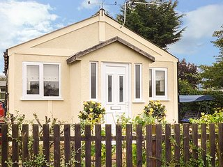 BEACHSIDE COTTAGE, all ground floor, garden, WiFi, nr Cleethorpes, Ref 944382