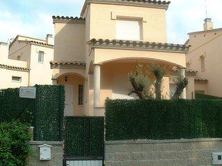 Villa avec piscine et jardin privés.Idéal familles