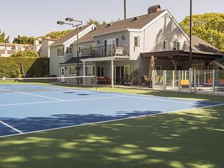 Gorgeous Estate in Beverly Hills withTennis Court