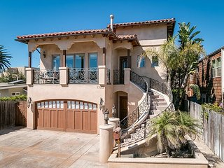 3BD, 2.5BA Pierpont Luxury Home with Stunning Backyard Steps from the Beach