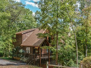 TREETOP TRANQUILITY- BEAUTIFUL 3 BR/3 BATH CABIN WITH A MOUNTAIN VIEW! HOT TUB