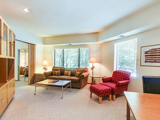 Ski-in/ski-out condo with views and a shared hot tub, pool, sauna & tennis!, Lake Tahoe (California)