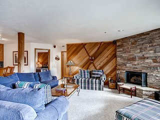 Top Floor Unit with Views-Walk to Main Street and the Slopes-Pool/Hot Tub Access