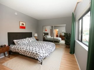 SOPHISTICATED AND ROOMY 2 BEDROOM 2 BATHROOM FURNISHED APARTMENT IN PERFECT BRENTWOOD LOCATION, Santa Monica