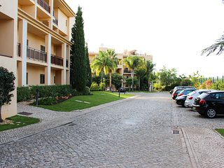 Condomino Do Golf 11 Drive way, parking available inside complex (gates for security)