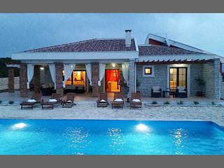 AMAZING VILLA 800M  FROM THE BEACH, ZRCE NOVALJA, Novalja