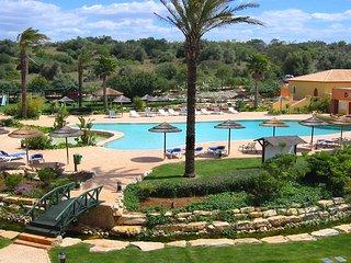 Jardim da Meia Praia townhouse, 3 bedrooms, private garden, A/C, Wi-Fi, pool