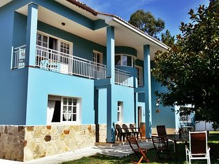 Spacious villa with amazing garden near the beach and Sada