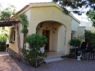 Casa con jardín en La Marina junto Guardamar WIFI,zona muy agradable y relajante