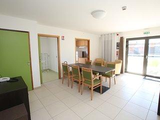 Un séjour spacieux avec tables réglables en hauteur. TV et wifi gratuit sur l'ensemble du village.