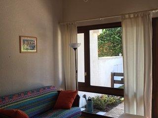 salon avec canapé vue sur la terrasse