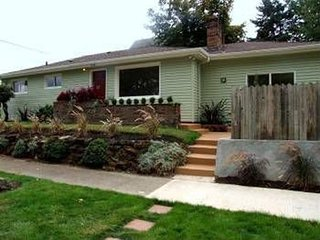 Bright ranch style home with 2 bedrooms/1 bath/1office in convenient N. Portland