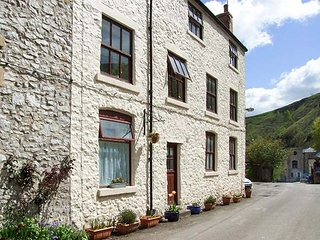 BARN COTTAGE, pet-friendly, country holiday cottage in Litton Mill In Miller's Dale, Ref 939764, Buxton
