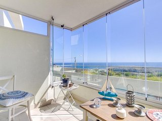 Modern, oceanfront condo w/ gorgeous balcony, plus shared pool, hot tub, & gym!