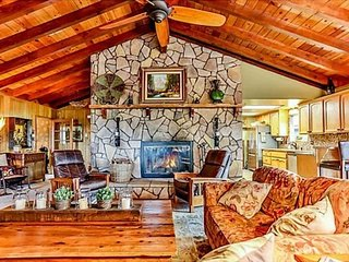 Close to the slopes,hot tub,pool table! Sleeps 16!