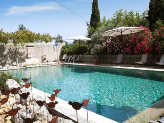 Le Figuier – a stunning, 2-bedroom house in Oppède with WiFi and a swimming pool access – 10km from Avignon., Oppede