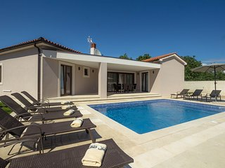 Villa Helena with pool for 10 guests near Fazana