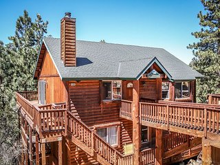 PRIVATE HOT TUB!  5 STAR RETREAT!  Fireplace, Beautiful Views! Delightful, Big Bear Region