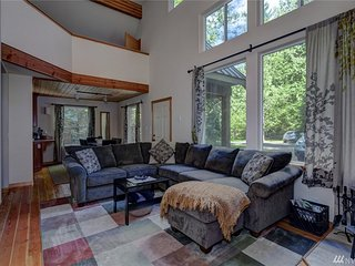 2BR/3BA Mt. Baker New Cabin, Fireplace & Hot Tub, Glacier