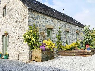 SPINGLE BARN, pet friendly, luxury holiday cottage, with a garden in Monyash