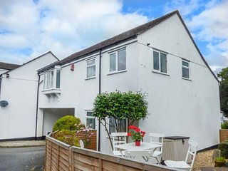 MOORSIDE, enclosed garden, WiFi, pretty Dartmoor village, in Horrabridge, Ref: 9