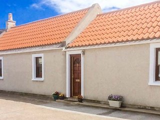 COASTAL HAVEN, quality coastal cottage with WiFi, patio, close harbour in Cullen