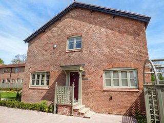 THE GROOMS QUARTERS, semi-detached, courtyard gardens, games room, Neston, Ref 935672