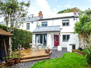 WRINGERS MEADOW, woodburner, private patio, pet-friendly, WiFi, in Combe Martin, Ref 939678