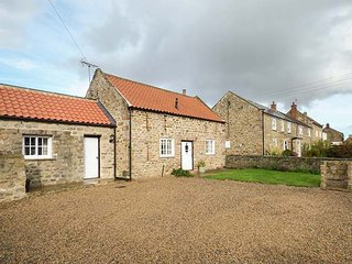 THE BOTHY first-class cottage, village location, en-suite, woodburning stove, WiFi, Brompton-on-Swale, Richmond, Ref 937495