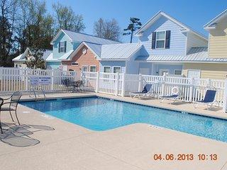 Beauitiful swimming pool in the neighborhood