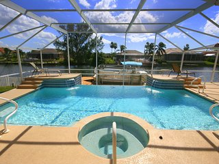 Fabulous waterfront Poolvilla Hollywood on canal, Boat option, Gulf Access, Wifi, Cape Coral