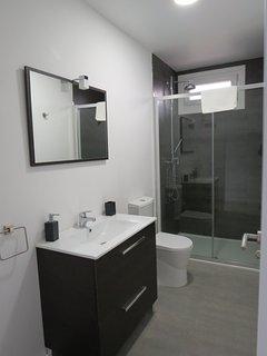 Dos cómodos baños con ducha de 135, y ventilación natural. en A Casa NovA
