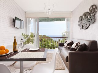 Front Beach apartment 1 BTH for 4 amazing views, Sant Pol de Mar