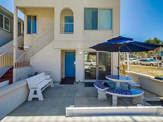 Deluxe  2BD/2.5BA townhome- fireplace, private patio, gas BBQ, w/d, San Diego
