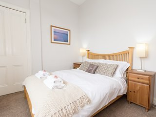 Beautiful City Center 1 Bed Aptartment Park Views with Childrens Play Area, Edimburgo