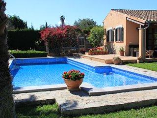 Casita jardin exuberante y piscina.